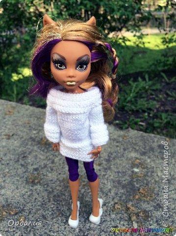 Вот такой простой и ужасно милый свитерочек связался, из всех кукол симпатичнее всего сидит на Клодинке - эффектно из-за ее шоколадной кожи. Вообще люблю фотографировать эту девочку, всегда фотографии получаются. На днях покажу еще фотосессию с оранжевым ярким свитерком. фото 1