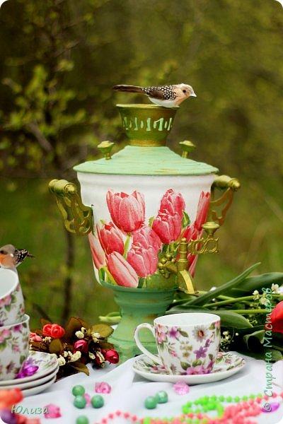 Пусть ваше утро будет добрым, а весна дарит маленькие радости.Приглашаю вас на чай)  Весенний чай☕ Утро. Слышны трели соловья Солнышко в окно ко мне стучится. Приглашает нас на чай весна, Самовар во всю уже дымится!  Ароматный и цветочный чай Разливает медленно по кружкам И со мной заводит разговор, Словно я ей лучшая подружка.  Одурманив нежной красотой Стала я счастливой на мгновенье! Я сегодня чай пила с весной  Чувствуя ее прикосновение! Юля Вегера  Фото Натальи Чередниченко фото 6