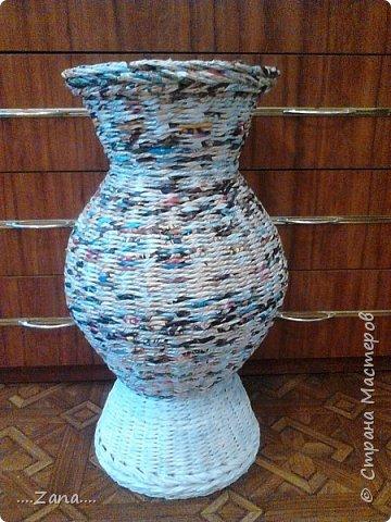 попросили сплести напольную вазу,похожую на те,что плела ранее.но,так как плету очень редко,волновалась,что получится.а повторяться не хотелось.создалась немного другая ваза,судить вам,как получилась.надеюсь заказчику понравится. фото 10