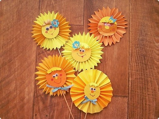 Солнышки на шпажках украшают цветочные горшки. фото 2