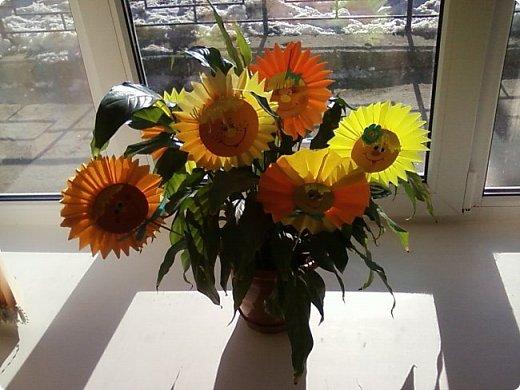 Солнышки на шпажках украшают цветочные горшки. фото 3
