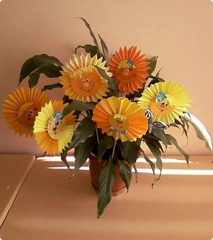 Солнышки на шпажках украшают цветочные горшки. фото 1