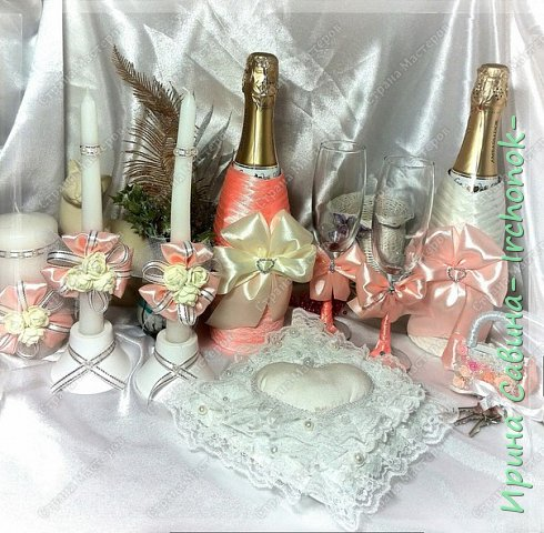 Вот вдохновилась желанием невесты и сделала желаемое для нее В набор входдят: очаг из 3-х свечей,бокалы,оформленные бутылочки,замочек и подушечка для колец фото 7