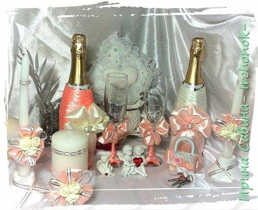 Вот вдохновилась желанием невесты и сделала желаемое для нее В набор входдят: очаг из 3-х свечей,бокалы,оформленные бутылочки,замочек и подушечка для колец фото 1