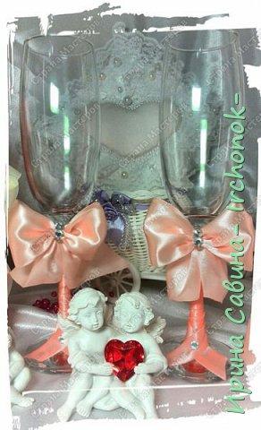 Вот вдохновилась желанием невесты и сделала желаемое для нее В набор входдят: очаг из 3-х свечей,бокалы,оформленные бутылочки,замочек и подушечка для колец фото 5