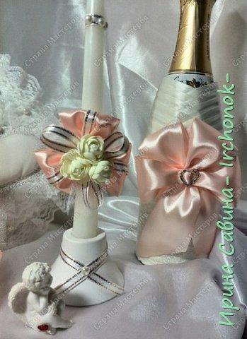 Вот вдохновилась желанием невесты и сделала желаемое для нее В набор входдят: очаг из 3-х свечей,бокалы,оформленные бутылочки,замочек и подушечка для колец фото 6