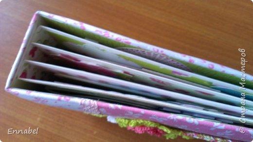Альбом для девочки, в мягкой тканевой обложке, украсила саморучно связанными цветами, рамочка вырезана из пивного картона и также обвязана крючком. Альбом вмещает около 70 фотографий. Альбом получился очень ярким и радостным. фото 3