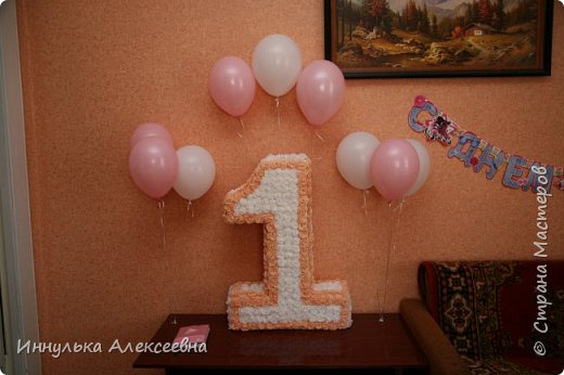 Украшали комнату единичкой и воздушными шарами с гелием фото 1