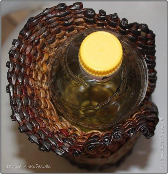 Сплела одежку для бутылки с маслом. Плотно вставляется. Наливаю масло, не вытаскивая бутылку. Удобно держать за горлышко. фото 5