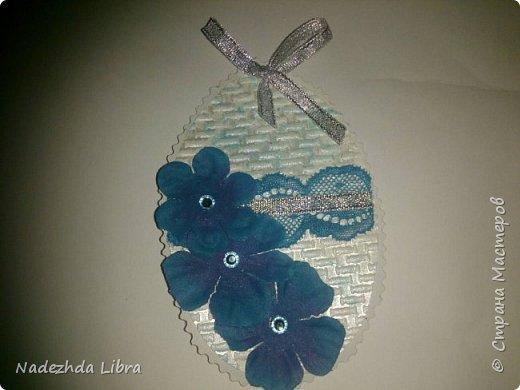 Бумага с тиснением, кружево, ленты, стразы, цветы из ткани. фото 6
