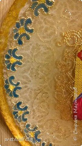 """Моя первая тарелка с православной тематикой.Это образ """"Покров Пресвятой Богородицы"""",Иконка куплена в церковной лавке.Прямой декупаж образа. Обратный декупаж  салфетки и декупажной карты. Кракелюр одношаговый. Рисунок по тарелке сделан по трафарету деколовским контуром. фото 6"""