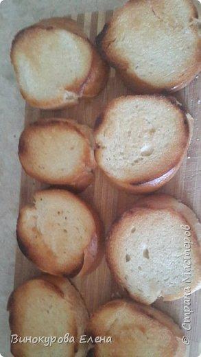 Здравствуйте,дорогие мастерицы! Хочу предложить рецепт очень простых,но очень вкусных бутербродов!  Нам понадобится:        1. Длинный батон. 2.4-5 яиц(сварить). 3.2-3 сырых морковки. 4.Чеснок,растительное масло,майонез. 5. Зелень(листья салата,укроп,зелёный лук,петрушка) 6.Мелкая соль.       фото 2