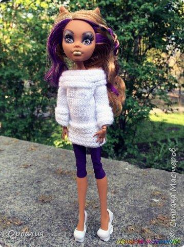 Вот такой простой и ужасно милый свитерочек связался, из всех кукол симпатичнее всего сидит на Клодинке - эффектно из-за ее шоколадной кожи. Вообще люблю фотографировать эту девочку, всегда фотографии получаются. На днях покажу еще фотосессию с оранжевым ярким свитерком. фото 2