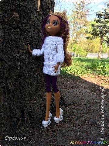 Вот такой простой и ужасно милый свитерочек связался, из всех кукол симпатичнее всего сидит на Клодинке - эффектно из-за ее шоколадной кожи. Вообще люблю фотографировать эту девочку, всегда фотографии получаются. На днях покажу еще фотосессию с оранжевым ярким свитерком. фото 3