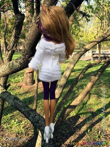 Вот такой простой и ужасно милый свитерочек связался, из всех кукол симпатичнее всего сидит на Клодинке - эффектно из-за ее шоколадной кожи. Вообще люблю фотографировать эту девочку, всегда фотографии получаются. На днях покажу еще фотосессию с оранжевым ярким свитерком. фото 5