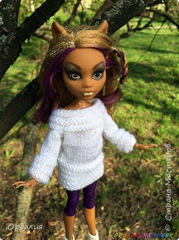 Вот такой простой и ужасно милый свитерочек связался, из всех кукол симпатичнее всего сидит на Клодинке - эффектно из-за ее шоколадной кожи. Вообще люблю фотографировать эту девочку, всегда фотографии получаются. На днях покажу еще фотосессию с оранжевым ярким свитерком. фото 10