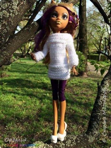 Вот такой простой и ужасно милый свитерочек связался, из всех кукол симпатичнее всего сидит на Клодинке - эффектно из-за ее шоколадной кожи. Вообще люблю фотографировать эту девочку, всегда фотографии получаются. На днях покажу еще фотосессию с оранжевым ярким свитерком. фото 6