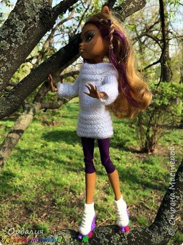 Вот такой простой и ужасно милый свитерочек связался, из всех кукол симпатичнее всего сидит на Клодинке - эффектно из-за ее шоколадной кожи. Вообще люблю фотографировать эту девочку, всегда фотографии получаются. На днях покажу еще фотосессию с оранжевым ярким свитерком. фото 8