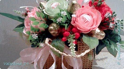 Небольшая плетеная сумочка с букетиком цветов из конфет фото 2