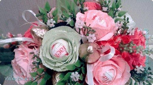 Небольшая плетеная сумочка с букетиком цветов из конфет фото 3
