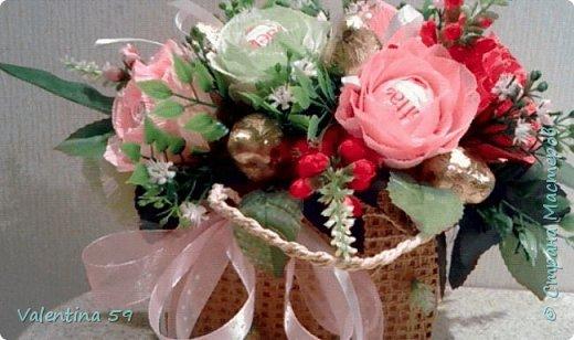 Небольшая плетеная сумочка с букетиком цветов из конфет фото 1