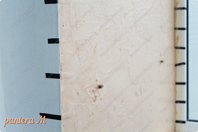 Добрый вечер, Страна! Давно уже была задумка переделать стены на балконе под кирпич.  В интернете много материала  пересмотрела и это очень помогло в дальнейшей работе. Материалы: -изолента -шпатлёвка полимерная для наружных работ --грунтовка цемент-контакт -колер(беж, коричневый).  фото 6