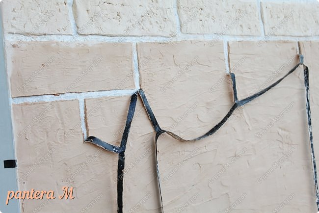 Добрый вечер, Страна! Давно уже была задумка переделать стены на балконе под кирпич.  В интернете много материала  пересмотрела и это очень помогло в дальнейшей работе. Материалы: -изолента -шпатлёвка полимерная для наружных работ --грунтовка цемент-контакт -колер(беж, коричневый).  фото 7