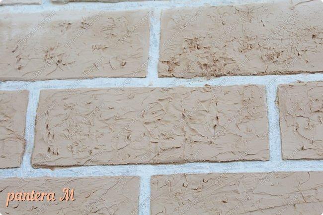 Добрый вечер, Страна! Давно уже была задумка переделать стены на балконе под кирпич.  В интернете много материала  пересмотрела и это очень помогло в дальнейшей работе. Материалы: -изолента -шпатлёвка полимерная для наружных работ --грунтовка цемент-контакт -колер(беж, коричневый).  фото 9