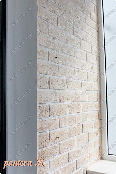 Добрый вечер, Страна! Давно уже была задумка переделать стены на балконе под кирпич.  В интернете много материала  пересмотрела и это очень помогло в дальнейшей работе. Материалы: -изолента -шпатлёвка полимерная для наружных работ --грунтовка цемент-контакт -колер(беж, коричневый).  фото 10