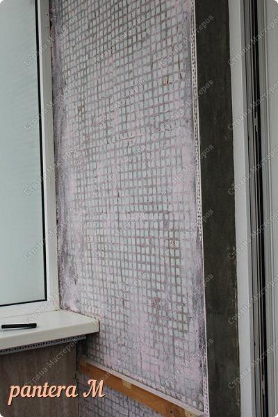 Добрый вечер, Страна! Давно уже была задумка переделать стены на балконе под кирпич.  В интернете много материала  пересмотрела и это очень помогло в дальнейшей работе. Материалы: -изолента -шпатлёвка полимерная для наружных работ --грунтовка цемент-контакт -колер(беж, коричневый).  фото 2