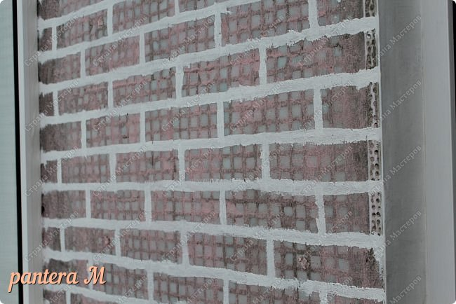 Добрый вечер, Страна! Давно уже была задумка переделать стены на балконе под кирпич.  В интернете много материала  пересмотрела и это очень помогло в дальнейшей работе. Материалы: -изолента -шпатлёвка полимерная для наружных работ --грунтовка цемент-контакт -колер(беж, коричневый).  фото 3