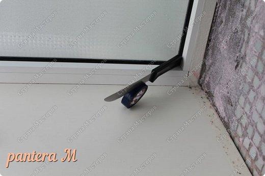 Добрый вечер, Страна! Давно уже была задумка переделать стены на балконе под кирпич.  В интернете много материала  пересмотрела и это очень помогло в дальнейшей работе. Материалы: -изолента -шпатлёвка полимерная для наружных работ --грунтовка цемент-контакт -колер(беж, коричневый).  фото 4