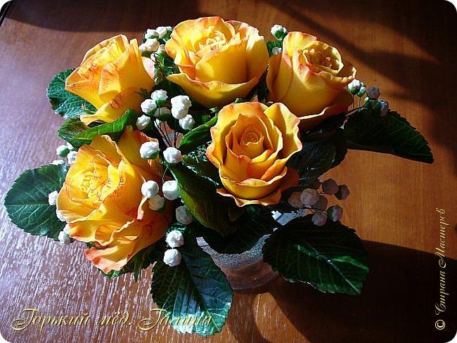 Всем доброго времени суток!) Сегодня я с очередными розами, фотографий много). Хотелось показать со всех ракурсов очередные творения очумелых ручек)  Белая роза. На самом деле она не совсем белая, добавила к белилам совсем капельку лимонно-желтого для еле заметного оттенка. Если лепить только с белилами получается не естественный цвет. Общая высота примерно 58 см, форма бутона - полураскрытый.  фото 38
