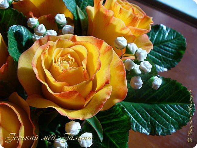 Всем доброго времени суток!) Сегодня я с очередными розами, фотографий много). Хотелось показать со всех ракурсов очередные творения очумелых ручек)  Белая роза. На самом деле она не совсем белая, добавила к белилам совсем капельку лимонно-желтого для еле заметного оттенка. Если лепить только с белилами получается не естественный цвет. Общая высота примерно 58 см, форма бутона - полураскрытый.  фото 39