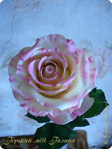Всем доброго времени суток!) Сегодня я с очередными розами, фотографий много). Хотелось показать со всех ракурсов очередные творения очумелых ручек)  Белая роза. На самом деле она не совсем белая, добавила к белилам совсем капельку лимонно-желтого для еле заметного оттенка. Если лепить только с белилами получается не естественный цвет. Общая высота примерно 58 см, форма бутона - полураскрытый.  фото 18