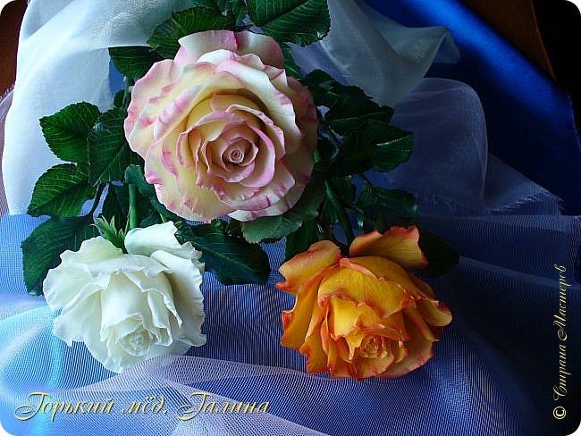 Всем доброго времени суток!) Сегодня я с очередными розами, фотографий много). Хотелось показать со всех ракурсов очередные творения очумелых ручек)  Белая роза. На самом деле она не совсем белая, добавила к белилам совсем капельку лимонно-желтого для еле заметного оттенка. Если лепить только с белилами получается не естественный цвет. Общая высота примерно 58 см, форма бутона - полураскрытый.  фото 34