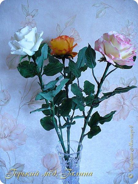 Всем доброго времени суток!) Сегодня я с очередными розами, фотографий много). Хотелось показать со всех ракурсов очередные творения очумелых ручек)  Белая роза. На самом деле она не совсем белая, добавила к белилам совсем капельку лимонно-желтого для еле заметного оттенка. Если лепить только с белилами получается не естественный цвет. Общая высота примерно 58 см, форма бутона - полураскрытый.  фото 36