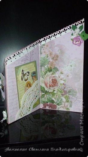 """Наконец-то открытка, сделанная без спешки. Все цветочки - натуральный hand-made :-) Цвет бумаги довольно точно передан - холодный грязновато-розовый. Размер 9х13 Кое-где на листочках видны капельки, это не неаккуратность, это так задумано. Давно мечтала попробовать жидкие стеклянные капли, в реале результат весьма натуралистичный, хорошо смотрится. (Еще бы, треть флакона на эксперименты и """"набить руку"""" - и все в порядке :-)) фото 3"""