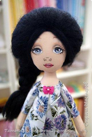 Василиса любит лето, солнце, полевые цветы и гулять босиком....  Я люблю босиком гулять в дождь  По зелёной траве пробежать  Выйти в тёплую летнюю ночь  Серебристой сиренью дышать...   фото 2
