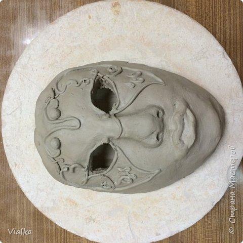 моя первая работа: Венецианская маска. Впервые работала с глиной, слепила маску,ну а потом идея создать и красиво ее оформить. Много подглядела у других мастериц, которые оформляли свои маски .Вот что у меня вышло фото 2