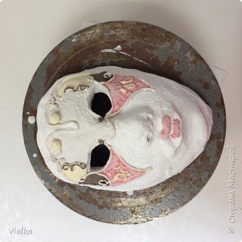 моя первая работа: Венецианская маска. Впервые работала с глиной, слепила маску,ну а потом идея создать и красиво ее оформить. Много подглядела у других мастериц, которые оформляли свои маски .Вот что у меня вышло фото 3