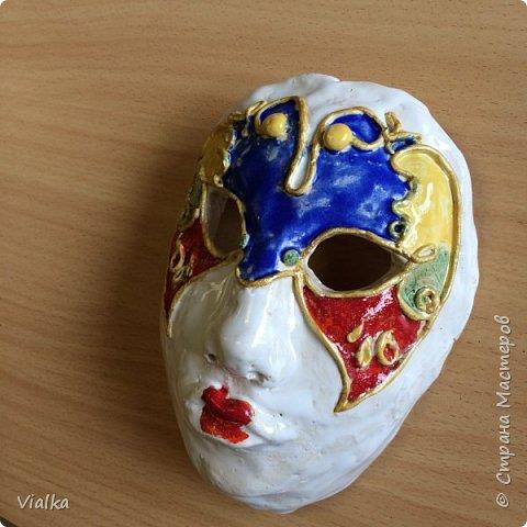 моя первая работа: Венецианская маска. Впервые работала с глиной, слепила маску,ну а потом идея создать и красиво ее оформить. Много подглядела у других мастериц, которые оформляли свои маски .Вот что у меня вышло фото 5