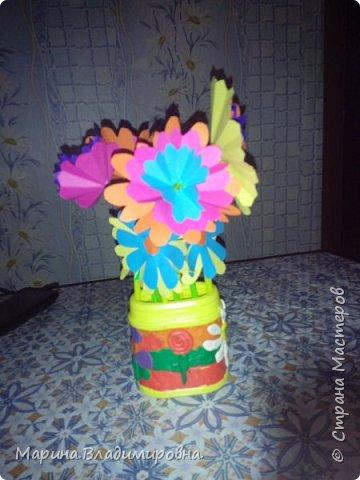Букет в садик на 8 Марта. Цветы сделаны из цветной бумаги и трубочек для сока. Коробочка обмазана пластилином, и узоры тоже из пластилина.  фото 1