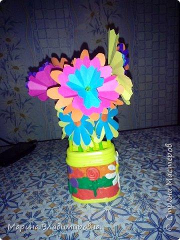 Букет в садик на 8 Марта. Цветы сделаны из цветной бумаги и трубочек для сока. Коробочка обмазана пластилином, и узоры тоже из пластилина.  фото 2