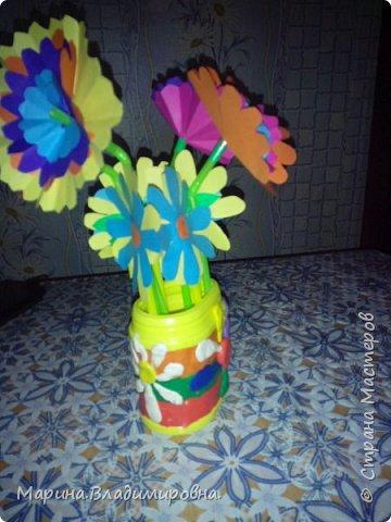 Букет в садик на 8 Марта. Цветы сделаны из цветной бумаги и трубочек для сока. Коробочка обмазана пластилином, и узоры тоже из пластилина.  фото 3