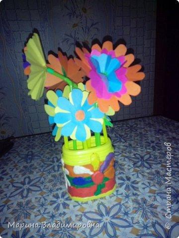 Букет в садик на 8 Марта. Цветы сделаны из цветной бумаги и трубочек для сока. Коробочка обмазана пластилином, и узоры тоже из пластилина.  фото 4