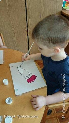 С детьми младшей группы (3-4 года) к Дню космонавтики мы рисовали ракеты в космосе.  фото 3