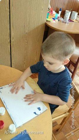 С детьми младшей группы (3-4 года) к Дню космонавтики мы рисовали ракеты в космосе.  фото 4