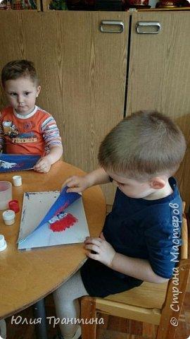С детьми младшей группы (3-4 года) к Дню космонавтики мы рисовали ракеты в космосе.  фото 5
