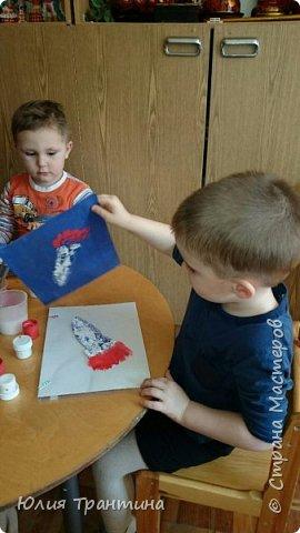 С детьми младшей группы (3-4 года) к Дню космонавтики мы рисовали ракеты в космосе.  фото 6